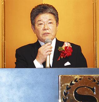 受章を受け、喜びと感謝の言葉を述べる坂本会長=14日、横浜市内