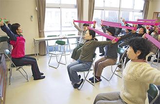 ストレッチ体操を楽しむ地域住民ら