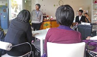 提唱者の礒井さんから、ライブラリーについての説明を受ける参加者ら