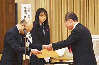 文科省で表彰を受ける奥山公民館長(右)