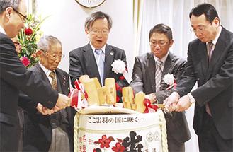 成井医師(右から2人目)らで鏡開き
