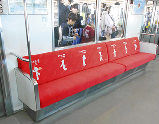 ▶「鉄腕アトム」がプリントされた赤い座席