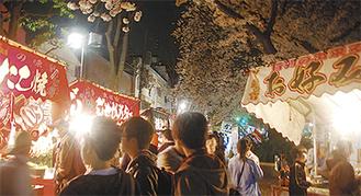 桜の満開シーズンに開催されたまつり