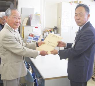 計画案を市に提出する笹野委員長(左)