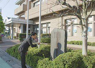 石碑を見て歴史を勉強するコジマ
