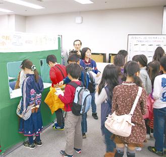 仮想の職業紹介所「エールワーク」で仕事を探す子どもたち(写真は昨年)
