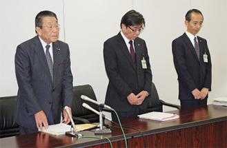 会見を行った市選挙管理委員会の井上委員長(左)ら