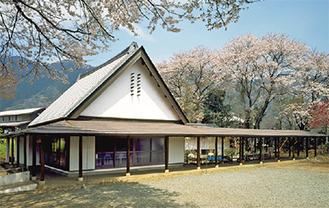 春には桜に囲まれる記念館