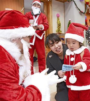 「子どもたちの喜ぶ顔が見たい」と毎年参加する「サンタさん」も多いイベント(写真は昨年)