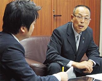 本紙・船山のインタビューに答える加山俊夫市長
