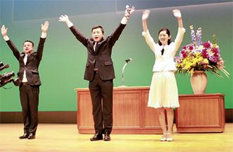 登壇した(左から)佐々木県議、三浦氏、佐々木参院議員=14日、相模原市民会館