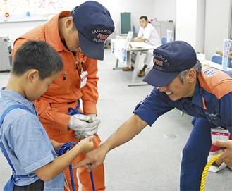 消防士の仕事を体験する子ども(写真は昨年)