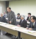 活動初年度(2002年)の会議で話す小田急多摩線延伸促協議会の成川会長=市提供