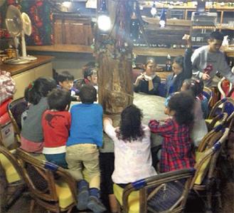 楽しそうに食卓を囲む、参加した子どもたち
