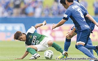 相手選手とボールを奪い合う菊岡拓朗選手