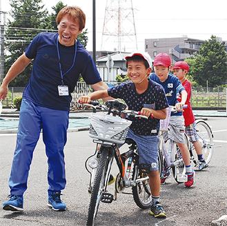 安全確認しながら笑顔で発進する児童=20日、相模中央自動車学校