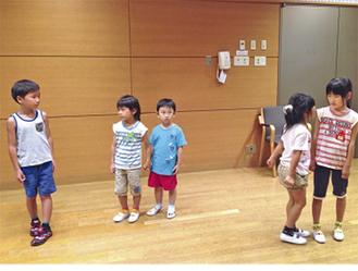 稽古に取り組む児童たち