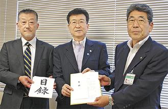 右から岡本教育長、尾作社長、大澤社長=3日、教育長室