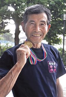 金メダルを披露する石川さん=教室指導後(20日)、陽光台公民館