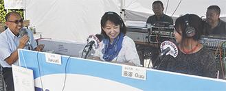公開生放送を行ったNatsukiさん(中)、藤澤Quuさん(右)とゲストの茅さん(左)=1日、相模原駅南口ペデストリアンデッキ