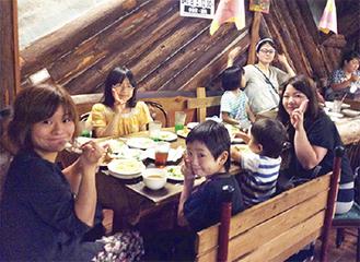 笑顔で食事を楽しむ参加者