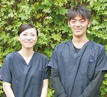 鍼灸マッサージ師の藤田愛さん(左)と山口大志さん