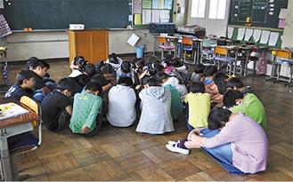 教職員らが不審者に対応している間、退避行動をとる児童