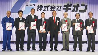 右から4番目が祇園会長。総額約2億5千万円の目録を渡した