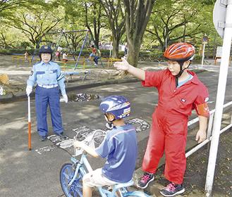 安全確認に熱心に取り組むセーフティーリーダーの一人=25日、鹿沼児童交通公園