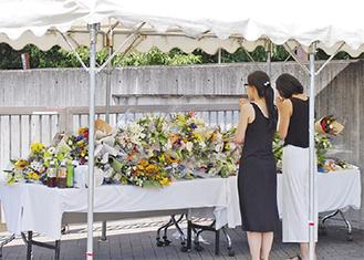 献花に訪れる人々