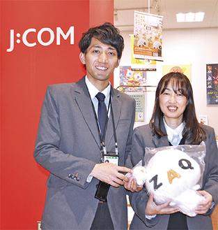 笑顔で来店を呼びかける島田店長(左)