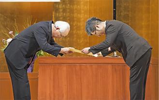市から表彰を受ける鈴木隆社長(右)