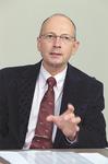 「グローバル社会にふさわしい人材を育てる」とブルース・バートン学群長