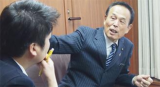 本紙・船山のインタビューを受ける加山俊夫市長