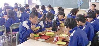 生まれ変わった給食を楽しむ上溝南中の生徒ら