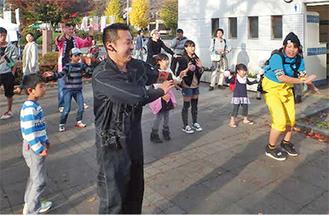 税金体操を踊る参加者