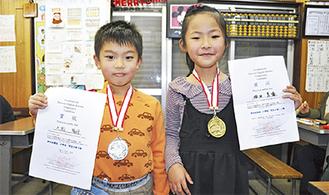 メダルと賞状を持つ依田さん(右)と片渕くん