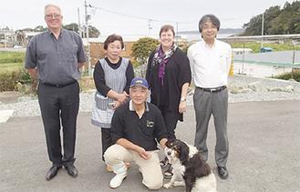 愛犬フランと村上さん夫妻に、視察に訪れたニュージーランドの学校関係者ら