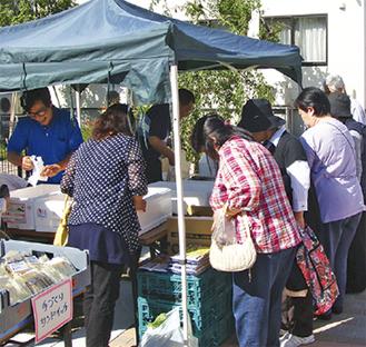 新鮮な野菜や手作りの惣菜、海産物が並ぶ同市