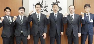 加山市長と並ぶ佐藤監督(中央左)ら三菱重工関係者