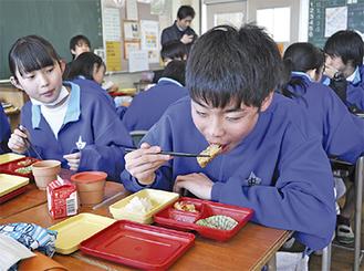 大船渡市のさんまを使用した蒲焼きを頬張る麻溝台中の生徒