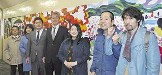 壁画を背にする町田さん(右から2番目)や同組合の会員
