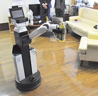 ペットボトルを運ぶ生活支援ロボット「HSR」