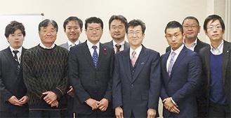 阿部議長(中央左)と会員ら