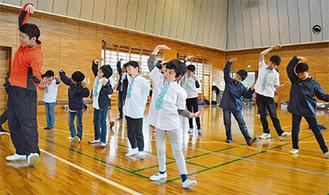 「中央区の歌」に合わせて元気よくダンスの練習に臨むボーイズ=25日、市役所