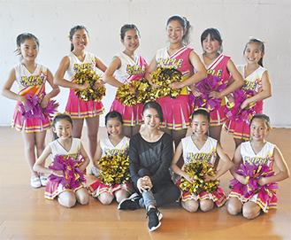 山田さん(中央)と「レインボー」の子どもたち