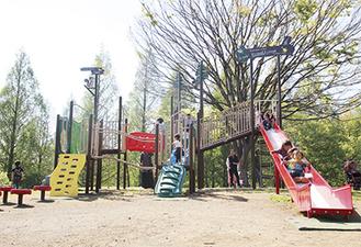 新遊具「ぐるぐる迷路と森の展望台」で遊ぶ子どもたち=4月24日