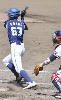 二塁打を放つ河野選手