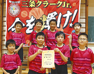 高野主将(1列目右から2番目)を中心に表彰状を掲げる男子メンバー