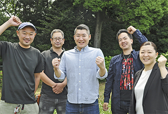 活動に意気込む「村富地域振興の会」のメンバーら。道保川公園で(中央=佐藤さん)